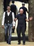 Италианските дизайнери Доменико Долче (вдясно) и Стефано Габана излизат на сцената в края на представянето на мъжката си колекция пролет-лято 2010. Снимка: Ройтерс