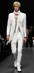 """Манекен представя модел от колекцията пролет-лято 2010 за мъже на модна къща """"Джанфранко Фере"""" на Седмицата на модата в Милано. Снимка: Ройтерс"""