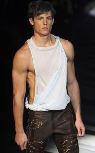Манекен представя модел от колекцията пролет-лято 2010 за мъже на Роберто Кавали на Седмицата на модата в Милано. Снимка: Ройтерс