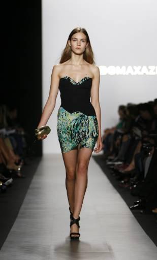 Модел представя новата колекция пролет/лято 2010 на