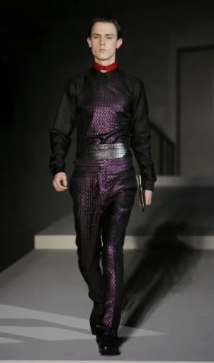 """Манекен представя модел от колекцията есен-зима 2008/09 за мъже на модна къща """"Прада"""" на Седмицата на модата в Милано. Снимка: Ройтерс"""