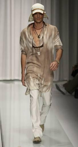 Манекен представя модел от колекцията пролет-лято 2010 за мъже на Версаче на Седмицата на модата в Милано. Снимка: Ройтерс