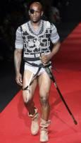 Манекен представя модел от колекцията пролет-лято 2010 за мъже на Вивиан Уестууд на Седмицата на модата в Милано. Снимка: Ройтерс