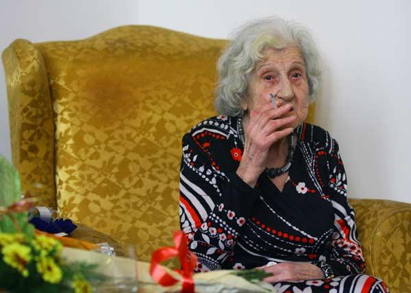 Макар и на 100 години прочутата балерина все още пуши. Снимка: e-vestnik