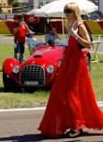 Жена минава покрай винтидж автомобилите Ферари. Снимка: Ройтерс