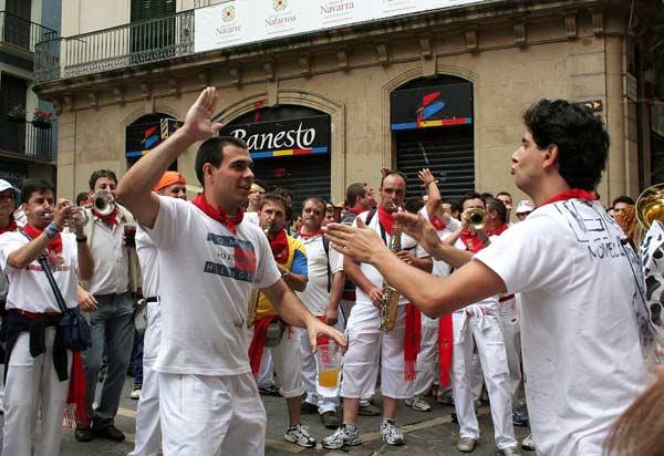 Квартален оркестър поддържа духа на празнуващите Сан Фермин в Памплона. Снимка: авторката