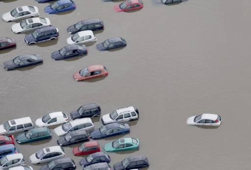 Поройните дъждове създадоха хаос по пътищата, като около 2000 души са  били евакуирани, а други  са имали нужда от спешна помощ. Снимка: Ройтерс