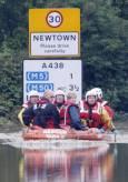Спасителният екип спасява жители на град Телксбъри от придошлите води. Снимка: Ройтерс