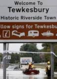 Спасителният екип евакуира жители на град Телксбъри от придошлите води.