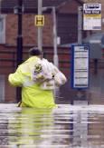 Мъж излиза от супермаркета, придвижвайки се трудно във  водите  залели града. Снимка: Ройтерс.