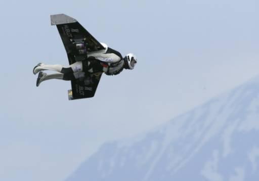 """Бившият швейцарски военен пилот Ив Роси, известен още като """"Fusionman"""" лети над Бекс в швейцарските Алпи. Роси е първият човек, който успешно лети с крила, изцяло задвижвани от четири портативни реактивни двигателя. Снимка: Ройтерс"""