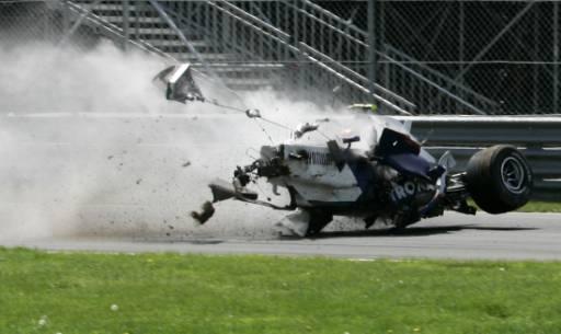 БМВ-то на полския пилот Роберт Кубица лети през пистата след първия сблъсък в загражденията с над 200 км в час. Снимка: Ройтерс