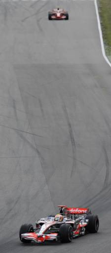 """Луис Хамилтън повежда с голяма преднина пред Фелипе Маса на пистата """"Хокенхайм"""", Германия. Снимка: Ройтерс"""