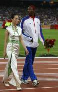 Филипс Идоу от Великобритания поставя сребърния си медал в джоба след церемонията по награждаването на атлетите на троен скок. Снимка: Ройтерс