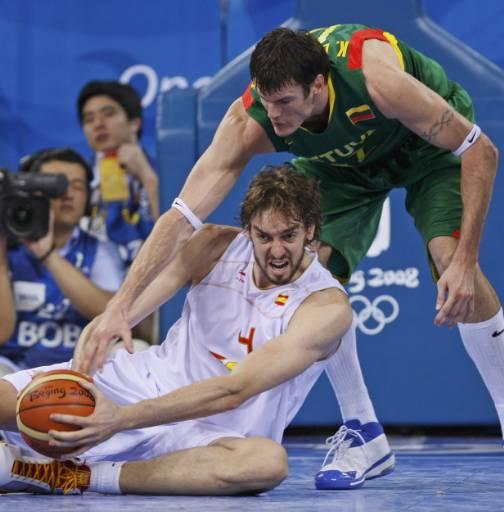 Пау Гасол от Испания сграбчва изпусната топка преди Кшищоф Лавринович от Литва по време на полуфинала по баскетбол за мъже. Снимка: Ройтерс