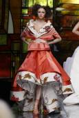 Манекенка представя модел от колекцията пролет-лято 2009 на английския дизайнер Джон Галиано за модна къща