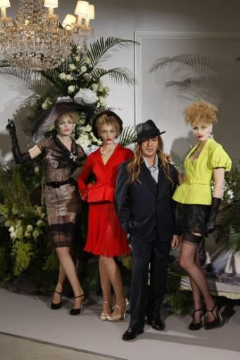 """Британският дизайнер Джон Галиано излиза на сцената с няколко манекенки след представянето на колекцията му висша мода есен-зима 2009-2010 за френската модна къща """"Диор"""" в Париж. Снимка: Ройтерс"""