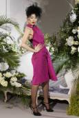Манекенка представя модел от колекцията висша мода есен-зима 2009-2010 на британския дизайнер Джон Галиано за френската модна къща