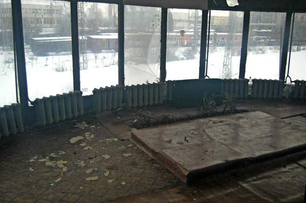 Разграбеният бивш диспечерски пост в гарата. Снимки: Марио Евстатиев, Булфото/Железопътен вестник