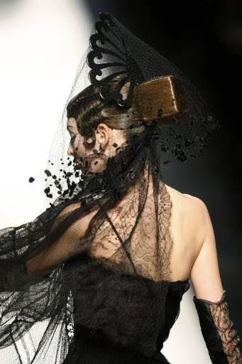 Манекенка представя модел от колекцията пролет-лято 2009 на Жан Пол Готие. Снимка: Ройтерс