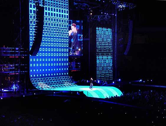 Уникалната сценична конструкция на шоуто на Джордж Майкъл сменя постоянно цветовете си. Всяко следващо парче има свои светлинни ефекти и образ на огромните екрани. Снимка: Жокер медиа