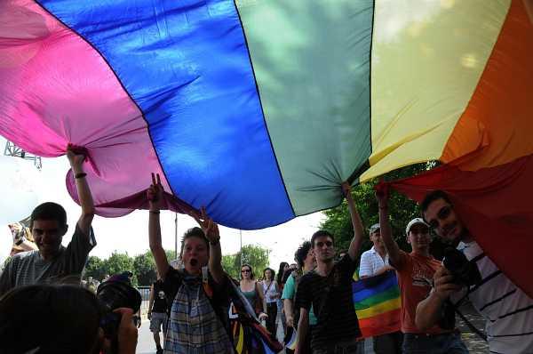 Част от участниците в гейпарада развяха разноцветно знаме. Снимка: Булфото
