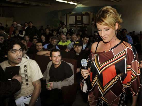 Джина Стоева излиза на импровизираната сцена в салона, съпроводена от погледите на пандизчиите. Снимка: Булфото