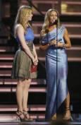 Лиан Раймс и Шерил Кроу (вдясно) разговарят на сцената преди да представят поредния победител. Снимка: Ройтерс