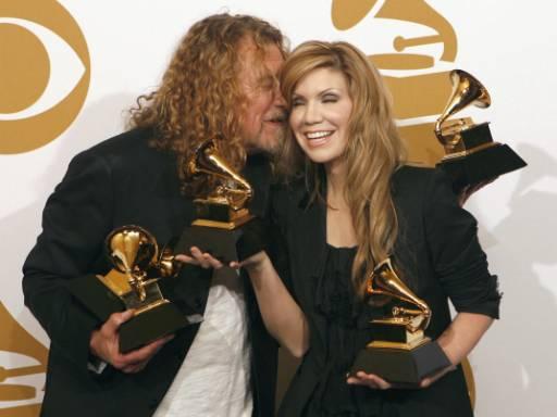 """Робърт Плант и Алисън Краус позират със статуетките """"Грами"""" за най-добър запис и най-добър албум на годината. Дуетът спечели общо 4 награди. Снимка: Ройтерс"""