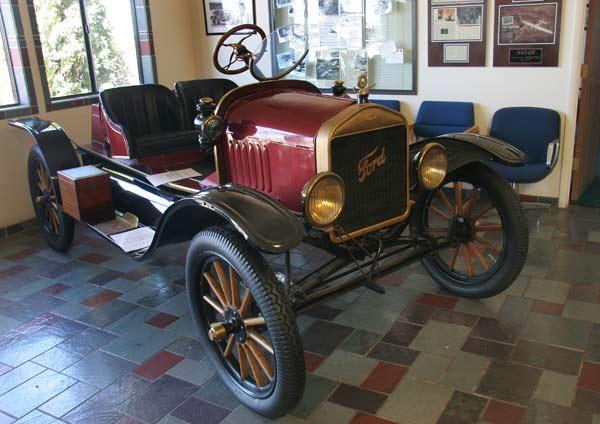 """Неочаквано сбирка от ретро коли на път за Гранд каньона в Аризона. В инфоцентъра на летището има колекция от фордове. На снимката - """"Форт Т Спийдстър"""", 1917 г. Снимка: Иван Бакалов"""