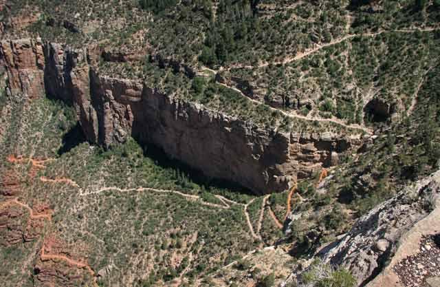 Стара индианска пътека е слизала оттук в миналото. Сега по нея има туристически маршрут с предупреждения, че до края е 8 мили и в рамките на един ден е опасно да се тръгва. Снимка: Иван Бакалов