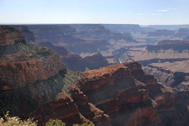 Река Колорадо в дъното на каньона е на 1800 метра по-ниско от ръба, и на 8-10 км навътре от него. На тази снимка се вижда в дълбочина, на още по-голямо разстояние. Снимка: Иван Бакалов
