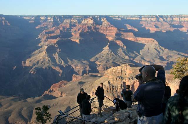 Отсрещният ръб на Гранд Каньон Аризона на тази снимка е на повече от 20 километра. Мащабите изглеждат нереални. Проломът вляво, който отива в дълбочина в сянката, към края си е на двойно по-голямо разстояние. Снимка: Иван Бакалов