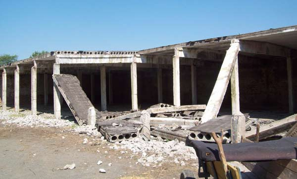 Това са остатъци от старите казарми в Грудово - известно поделение на българската армия преди години. Снимки: авторът