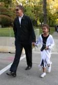 Барак Обама в деня на Хелоуин заедно със 7 годишната си дъщеричка Саша в квартала си в Чикаго. Снимка: Ройтерс