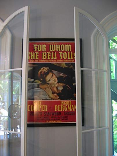 """Плакат на филма """"За кого бие камбаната"""" с Гари Купър и Ингрид Бергман в дома-музей на писателя. Снимка: Виола Дионисиева"""