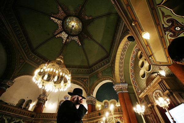 Евреин се моли в Софийската синагога след тържественото запалване на ханукията - празничния свещник  за Ханука. Снимки: Валентина Петрова