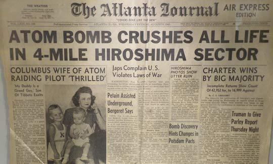 """Заглавието на """"Атланта Джърнал"""" от 7 август 1945 г. - """"Атомна бомба разбива всичко живо в райно от 4 мили""""."""