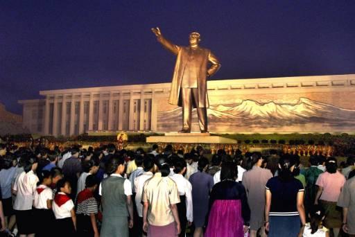 Цветя за починалия преди 13 години президент на Северна Корея