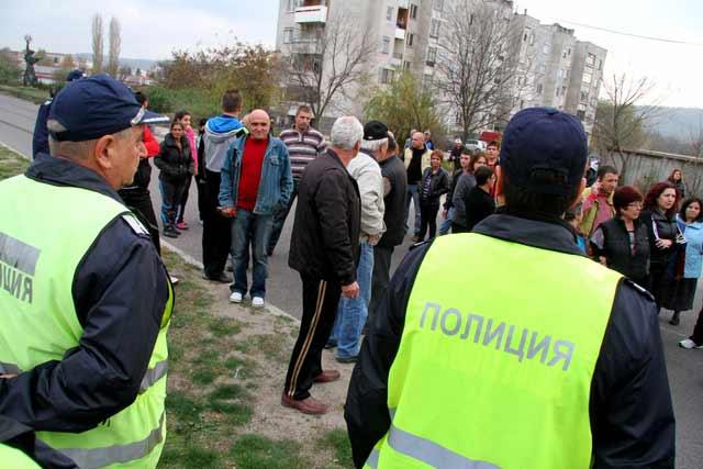 Харманлийци блокират път заради бежанците