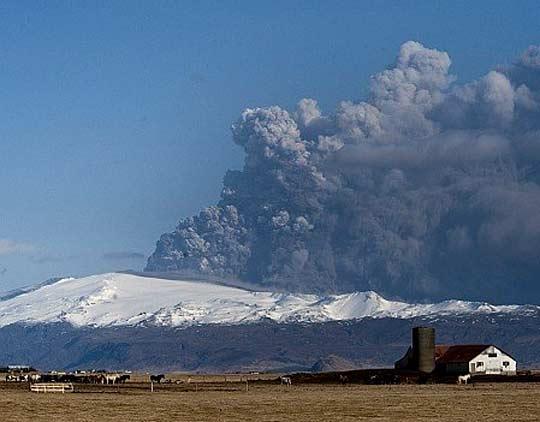 Вулканът в Исландия бълва до 300 хил. т пепел на ден