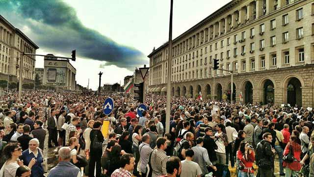 Пеевски изкара хиляди на улицата
