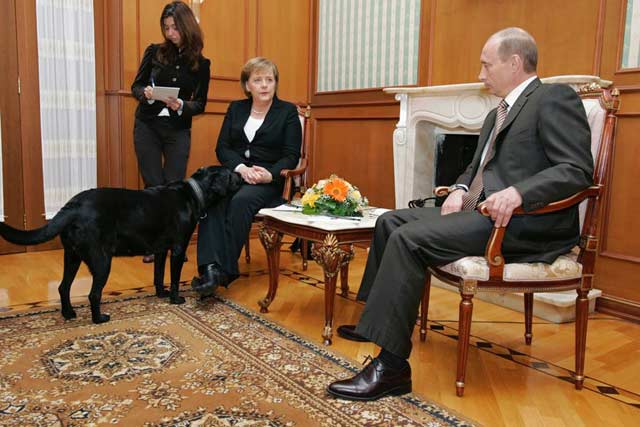 Путин среща Меркел с куче...