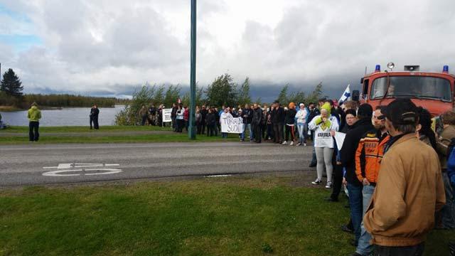 Финландци против мигрантите с жива верига