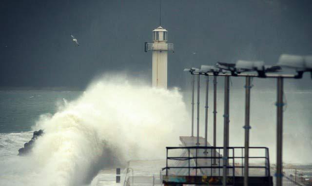 Вълни затвориха пристанище Варна