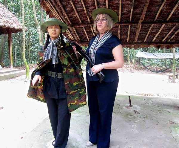 Цецка Цачева с партизанка-кукла във Виетнам