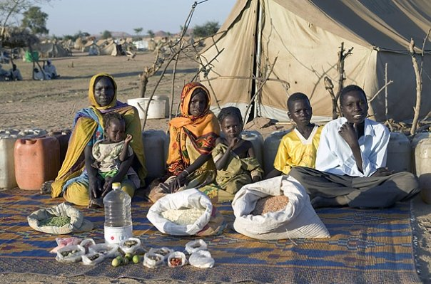 Чад: Семейство Абубакар в лагера Брейджинг с храната си за една седмица на стойност 685 CFA франка или 1,23 долара. Снимки: Питър Менцел