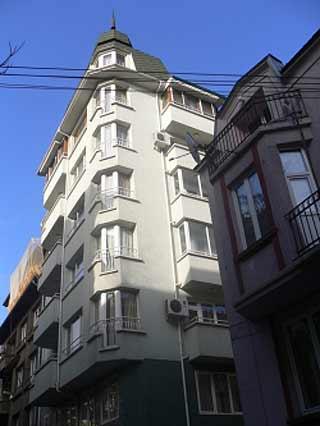 В тази сграда се продава мезонет за 850 000 евро, с площ 250 кв. м. Жилището е близо до храма
