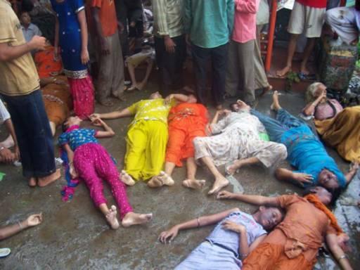 Хора стоят до телата на жертвите пред храма Наина Деви в Биласпур в северния индийски щат Химчал Прадеш. Броят на жертвите стъпкани от тълпата в неделя нарасна до 145 души съобщи полицията в Индия. Част от железните перила, които водят до хидуисткия храм се счупили и причинили трагедията. Хиляди поклонници се събират в храма в Биласпур всяка година, за да се помолят на една хидуистка богиня по време на ежегодната церемония. В неделя повече от 3000 души се опитвали да влязат в храма, когато част от перилата се счупили и предизвикали хаос сред тълпата.  Снимка: Ройтерс