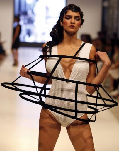 Манекенка представя бански костюм на турския дизайнер Идил Тарзи в Дните на модата в Истанбул, които продължиха от 27 до 29 август със съдействието на Асоциацията на модните дизайнери и Истанбулската модна академия в Истанбул. Снимка: Ройтерс